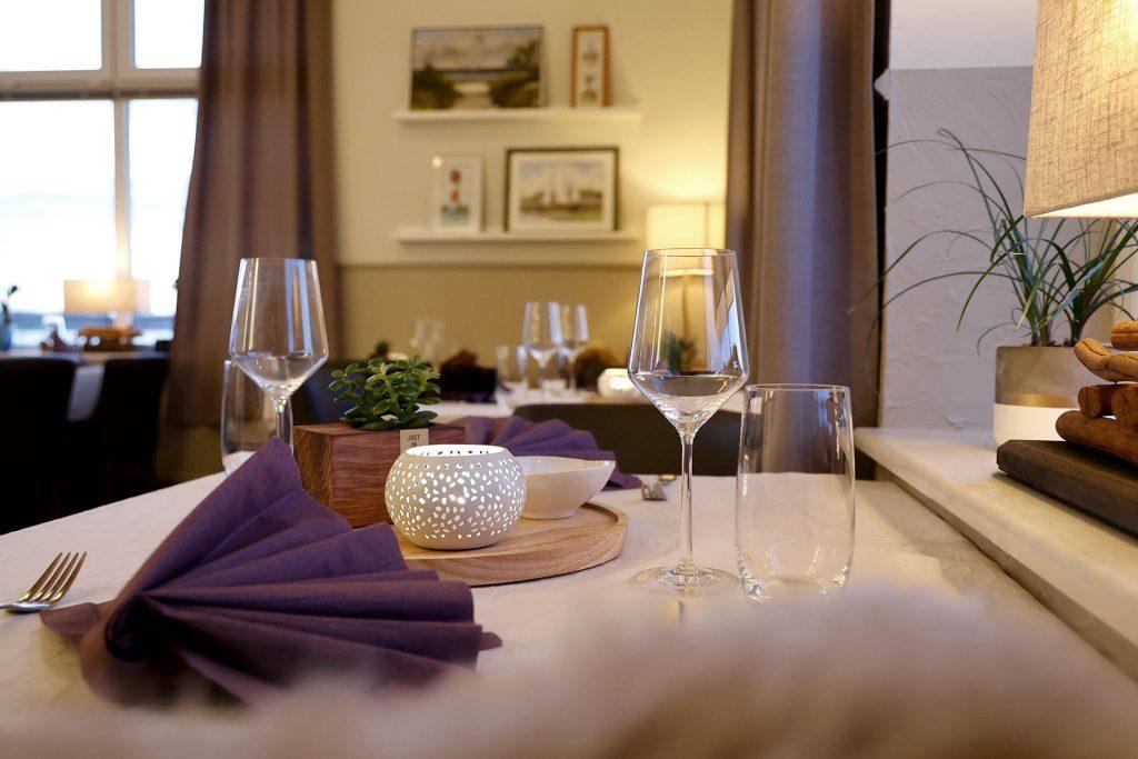 Tisch gedeckt, Gemütlichkeit, Servierten, Gläser